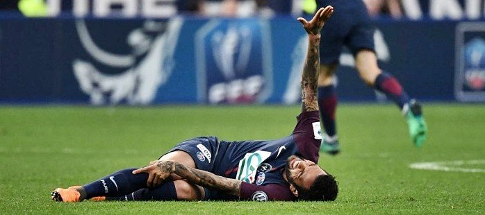 x76641842_Paris-Saint-Germain27s-Brazilian-defender-Daniel-Alves-gestures-as-he-lies-on-the-ground.jpg.pagespeed.ic.7jZDdrn3ZB