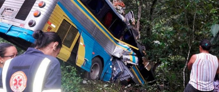 750_acidente-colisao-onibus-ribanceira-br-101-arataca_20187179315829-VR14